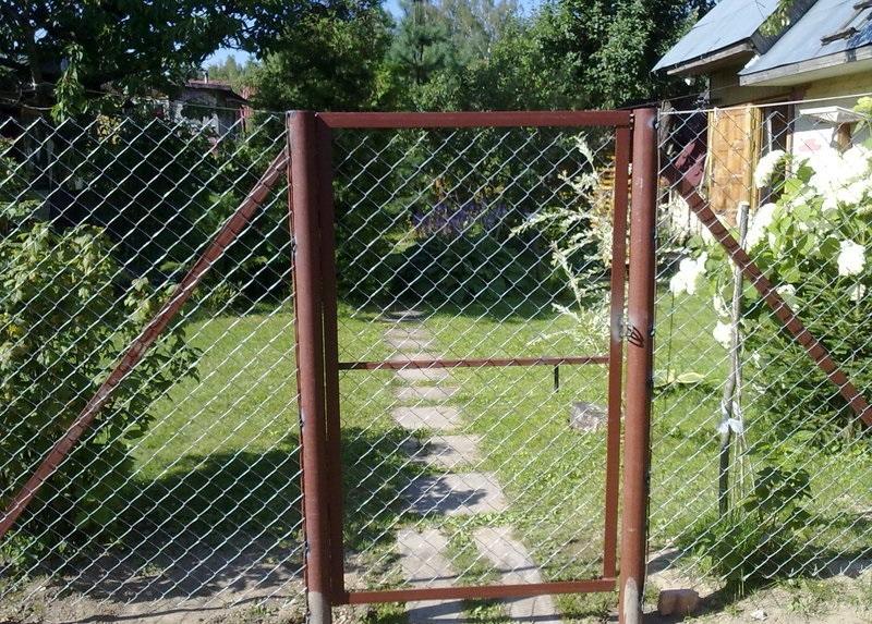 Заборы из сетки работы в Нижнем Новгороде - недорогие цены с установкой под ключ. Строительство заборов из сетки рабицы дешево.